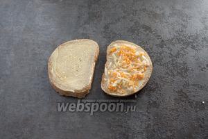 Посыпаем 1 из 2 половин сэндвича овощной смесью.