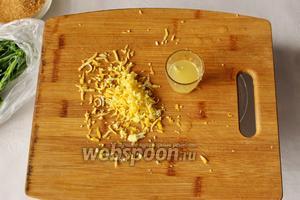 С лимона снимем цедру (натереть на маленькой тёрке), выдавим сок, буквально 1 ст. л.