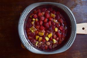 Запечённые ягоды вытащим и дадим остыть. Займёмся пока творогом.