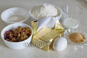 Подготовьте все необходимые ингредиенты: муку, разрыхлитель, сливочное масло, сахар, коричневый сахар, корицу, яйцо, молоко, клюкву, вишню, изюм.