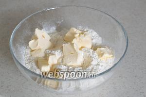 Муку просейте с разрыхлителем, солью, добавьте холодное сливочное масло, порезанное на кусочки.