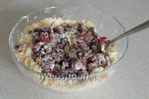 Также добавьте все сушёные фрукты, которые необходимо предварительно залить кипятком, дать им немного постоять, набухнуть, затем воду слить и обвалять их в муке.