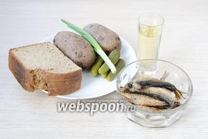Для приготовления тостов я использовала шпроты в масле, домашний бородинский хлеб, маринованные корнишоны, отварной в мундирах картофель, зелёный лук и подсолнечное рафинированное масло для обжарки.