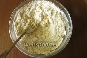 Муку смешиваем с желтками и солью.
