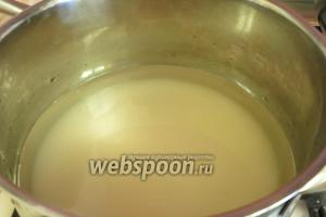 Готовим сироп из 500 г сахара и 500 мл воды.