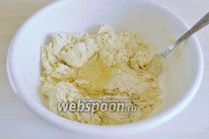 Выливаем сверху на тесто 40 мл подсолнечного масла, вымешиваем тесто минут 10.