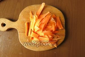 Готовим овощи — морковь нарезаем стружкой.