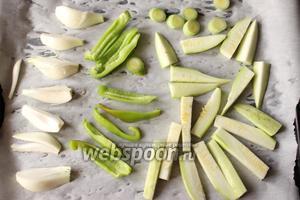 Помытые овощи нарежем брусочками. Выкладываем овощи на сухой противень и запекаем в духовке 10 минут, на нижней полке. Или овощи можно обжарить на сковородке гриль.