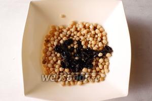 В миске для салата соединяем нут и оливки. Оливки можно нарезать по желанию.