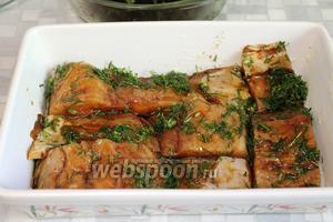 В смазанную сливочным маслом форму выложить рыбу, вынув её из маринада.