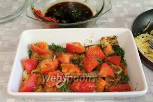 С обжаренных помидор снять кожицу и выложить их поверх рыбы.