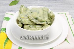 Подаём вареники со шпинатом под растопленным сливочным маслом или соусом типа тартар.