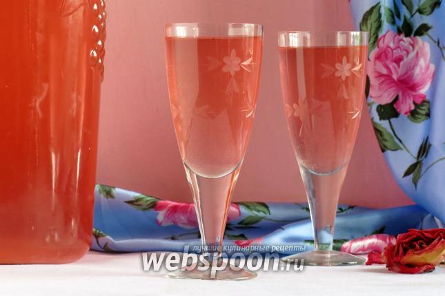 Фото Вино из лепестков роз