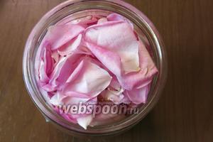 Собираем розу в фазу полного цветения, рано утром. Лепестки плотно помещаем в 500 мл банку.