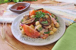 Салат из помидоров с нутом и баклажанами
