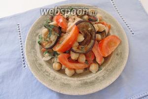 Разложим салат по тарелкам или сервируем его в общем блюде.