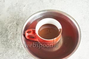 Когда мороженое готово, переливаем в горячую и предварительно протёртую до суха чашку жидкий шоколад.