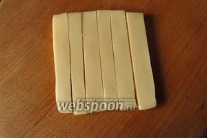 Делаем сетку из сыра, нарезаем пластинку на 6 полосок.