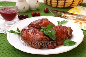 Куриные бёдрышки запечённые в вишнёвом маринаде
