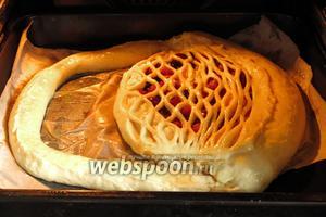 Ставим пирог в духовку (200°С на 10 минут и на 30 минут при 180°С). Последний период можно уменьшить в зависимости от особенностей духовки.