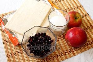 Для приготовления нам понадобится слоёное тесто, сахар, смородина чёрная, яблоки и масло растительное.