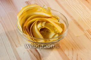 Чистим от хвостиков и тоненько режем цукини. Я для этого использую нож для чистки картошки.