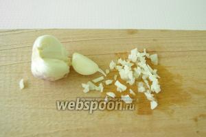Чеснок очистить от шелухи и мелко нарезать ножом. Можно зубки чеснока натереть на тёрке или воспользоваться чеснокодавилкой.