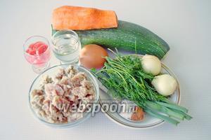Для блюда понадобится 2 кабачка средних размеров, 1 небольшая морковь, 2 маленьких луковицы, или 1 большая, зелень, томатный соус, подсолнечное масло для жарки, фарш и соль, перец.