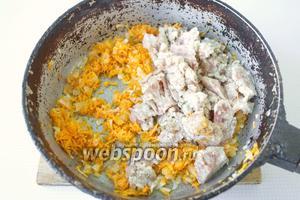 Когда морковь станет мягкой, то положить в сковородку фарш и вновь перемешать. Накрыть крышкой и пускай потушиться минут 10 на слабом огне.
