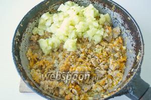Серединку кабачка, что изъяли, порезать мелко и слить лишнюю жидкость, затем добавить к поджаренный овощам с фаршем, перемешать, пускай 2 минуты прожарится.