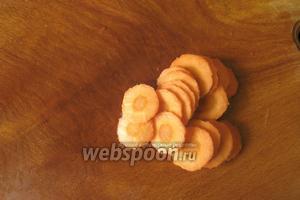 0,5 моркови нарезаем кружками по 0,2 см.