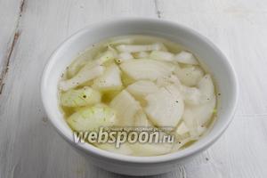 Батон нарезать дольками. Смазать топлёным сливочным маслом. Поставить в духовку (180°C) на 15 минут. Лук очистить. Нарезать кусками. Залить горячей водой. Добавить уксус, щепотку перца и соли. Оставить мариноваться на 15 минут.