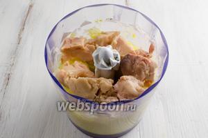 Печень трески отделить от масла. Добавить к яичной массе печень трески. Продолжить пюрировать.