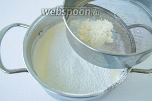 Просеяную муку вводить в яичную смесь порционно и каждый раз аккуратно перемешивать ложкой снизу вверх, чтобы тесто не осело.