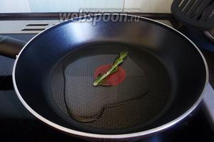 На разогретую сковороду кладём веточку свежего розмарина.