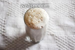 Наливаем готовый смузи в бокал и наслаждаемся прохладным, свежим напитком!