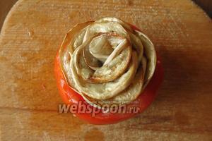 Готовую розу вставляем в томат, расправляем края.