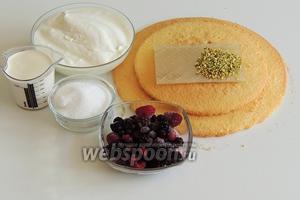 Подготовим ингредиенты: заранее приготовленный бисквит (или купленный), смесь лесных ягод (свежие или замороженные), сахар и ванильный сахар, натуральный йогурт (0% жирности, можно любой жирности), сливки (не менее 30% жирности, можно 25%, тогда взбивать надо с закрепителем сливок), желатин (можно заменить на быстрорастворимый или другой в порошке), фисташки грубонарезанные.