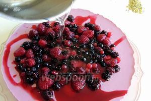 Оставшиеся ягоды раскладываем произвольно на торте и поливаем сверху глазурью. Отправим торт на минут 5-10 в холодильнике, дадим глазури затвердеть.
