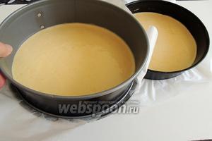 Если готовим бисквит сами, то работаем по пошаговому рецепту « Шведский бисквит ». Только количество ингредиентов берём, соответствующее нашему торту, то есть так, как указано в ингредиентах, значит в 2 раза меньше, чем в рецепте « Шведский бисквит ». Выпекаем сразу в 2 формах: 1-24 см, 2-18 см. Дно форм выстилаем пекарской бумагой. Время сокращается до 15 минут, в заранее разогретой духовке, при 180°С.