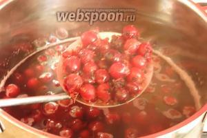 Вынимаем ягоды шумовкой или процеживаем основу киселя.