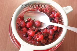 Отделяем мякоть ягод в жидкость.