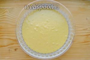 Вылить тесто в форму, смазанную маслом.