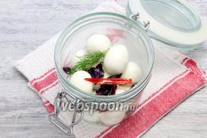 Опускаем вареные яйца, добавляем зелень, перец, чеснок.