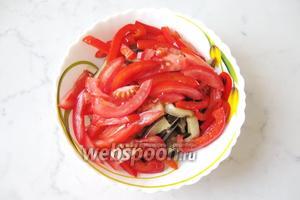 Один крупный помидор помыть, нарезать полосками и выложить к остальным ингредиентам в салатник.