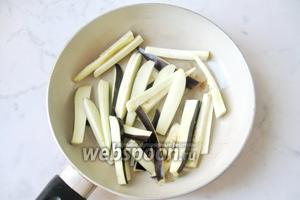 Обжарить нарезанный баклажан на сковороде с маслом.