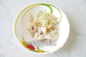 В салатник выложить жареную куриную грудку и жареный репчатый лук.