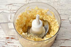 Яблоки очистить от кожицы и семян. Измельчить в кухонном комбайне (насадка — металлический нож).