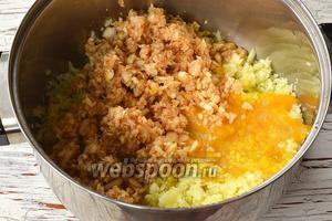Соединить подготовленную алычу, кабачки и яблоки. Проварить на протяжении 5-8 минут.