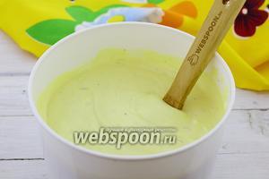 Переложите в подходящую ёмкость и отправьте в морозилку до полного замораживания. Периодически 3-4 раза, примерно, через час, доставайте ёмкость из морозилки и перемешивайте лопаткой.